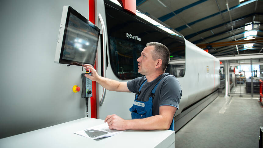 At Langen, the ByStar Fiber 8025 is operated using two touch screens. A screen is located at each end of the machine. This allows the operator to always maintain an overview of the cutting process.